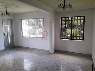 Una cocina con una ventana, un lavabo y una ventana en -