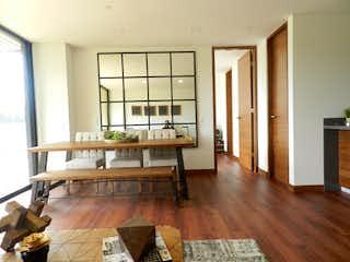 Una sala de estar llena de muebles y un suelo de madera en verdi