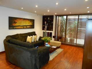 Una sala de estar llena de muebles y una gran ventana en El Tibar
