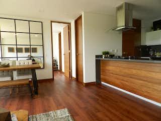 Una sala de estar con suelos de madera y suelos de madera en -