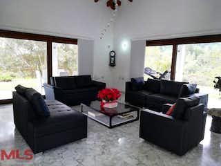 Una sala de estar llena de muebles y una ventana en Casa Campestre