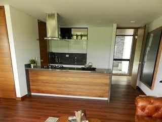 Una sala de estar llena de muebles y un suelo de madera en -