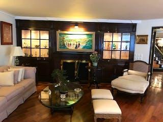 Una sala de estar llena de muebles y una televisión de pantalla plana en Departamento en  venta en Parques del Pedregal de 3 recámaras