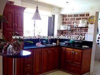 Una cocina con mucho espacio en el mostrador y un fregadero en LOS COLORES ETAPA 4 402