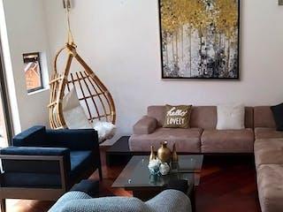 Una sala de estar llena de muebles y un sofá en Casa en venta en Lomas de Memetla de 315 mts2 de 2 niveles