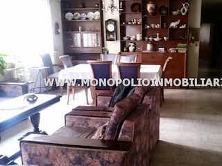 Una habitación llena de un montón de muebles de madera en GUACARI 201