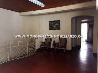 Una imagen de una sala de estar con un gran ventanal en CASA LOCAL