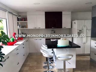 Una cocina con nevera y una estufa en MIRAVALLE 901