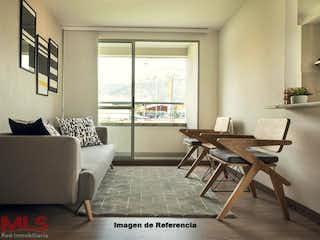 Una sala de estar llena de muebles y una ventana en Mediterránea