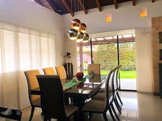 Una sala de estar llena de muebles y una ventana en Kalamary