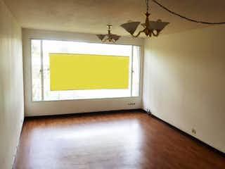 Una habitación que tiene una ventana en ella en -
