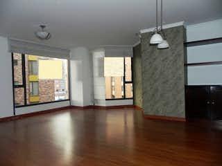 Una sala de estar con suelos de madera dura y un reloj en Apartamento en La Alhambra, Pasadena - Tres alcobas