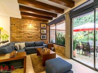 Una sala de estar llena de muebles y una gran ventana en La Campiña Del Poblado