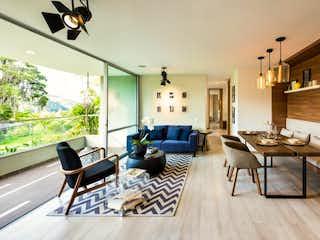 Una sala de estar llena de muebles y una ventana en Bosque Grande