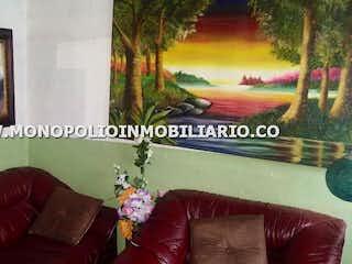Una sala de estar con un sofá y un sofá en CASA PARA LA VENTA EN BELLAVISTA - BELLO  COD 7474