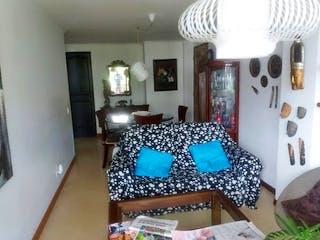 Una habitación con una cama y una mesa en ella en -