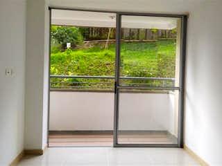 Una ventana que está en una habitación pequeña en Camino del Viento