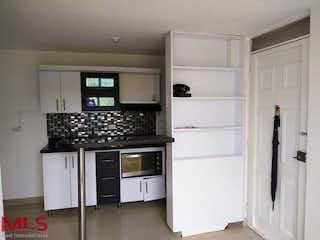 Una cocina con armarios blancos y electrodomésticos de acero inoxidable en Antares (La Milagrosa)