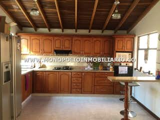 Una cocina con suelos de madera y armarios de madera en APARTAMENTO PARA LA VENTA EN MEDELLIN BELEN COD: 6892
