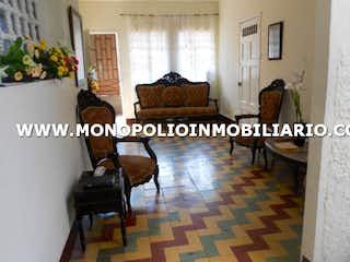 Una sala de estar llena de muebles y una chimenea en CASA PARA LA VENTA EN MEDELLIN - PRADO CENTRO   COD. 6742