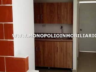 Una imagen de una habitación con una puerta en LUNA DEL BOSQUE