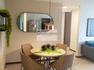 Una habitación con una mesa y sillas en ella en -