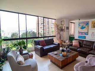 Una sala de estar llena de muebles y una gran ventana en ALTOS DE SERREZUELA