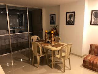 Una habitación con una mesa y una mesa en rio secreto