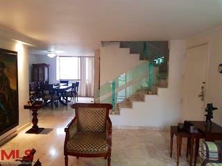 Una sala de estar llena de muebles y una mesa en Los Cerezos