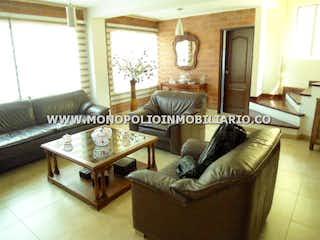 Una sala de estar llena de muebles y una chimenea en ALABAMA CASA 41