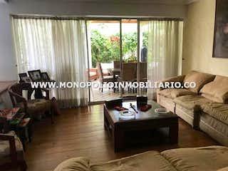 Una sala de estar llena de muebles y una ventana en LOMBARDIA 104