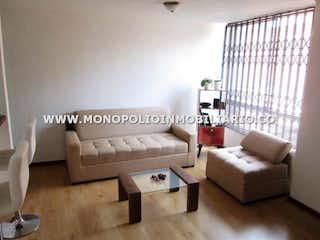 Una sala de estar llena de muebles y una ventana en SANTORINY 303