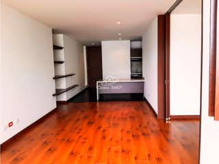 Una sala de estar con suelos de madera dura y un suelo de madera en -