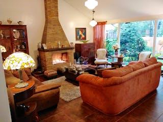 Una sala de estar llena de muebles y una lámpara de araña en Casa en venta en Barrio Niza, 282mt con chimenea