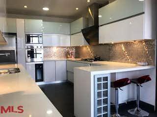 Una cocina con electrodomésticos de acero inoxidable y armarios blancos en Portovitta
