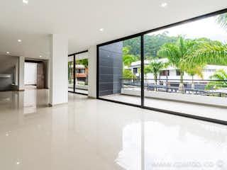 Una vista de una sala de estar y una sala de estar en -