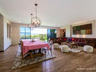 Una sala de estar llena de muebles y una mesa en Duplex