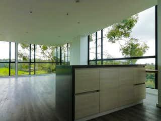 Una vista de una habitación con un gran ventanal en -