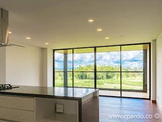 Una cocina con una ventana, un fregadero y una estufa en -
