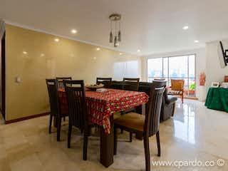 Una sala de estar llena de muebles y una lámpara de araña en -