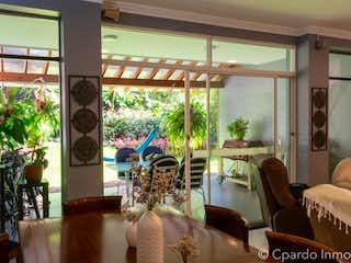 Un dormitorio con un gran ventanal y un balcón en -