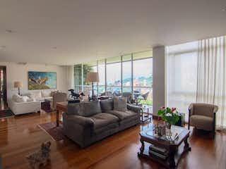Una sala de estar llena de muebles y un suelo de madera en  ENTREARROYO