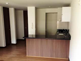 Un cuarto de baño con lavabo y un espejo en Apartaestudio en Santa Teresa, San Cristobal Norte - 51mt, una alcoba, balcón