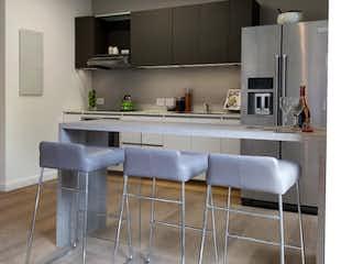 Una cocina con una mesa y sillas en ella en Kubik Virrey IV