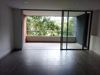Un cuarto de baño con una puerta de cristal y una ventana en Edificio