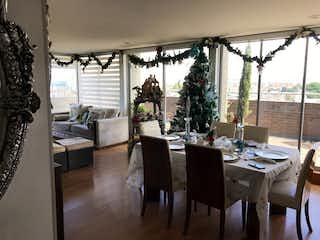 Un comedor con una mesa y sillas en Apartamento en Modelia, Modelia - 307mt, tres alcobas, terraza