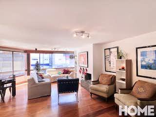 Una sala de estar llena de muebles y una televisión de pantalla plana en Apartamento en La Cabrera, Chico - 163mt, tres alcobas, chimenea