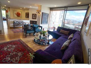 Una sala de estar llena de muebles y una ventana en Apartamento en El Refugio, Chico - Tres alcobas