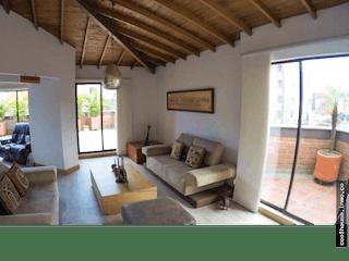 Una sala de estar llena de muebles y una ventana en Apartamento en Aguacatala, Poblado - Cuatro alcobas