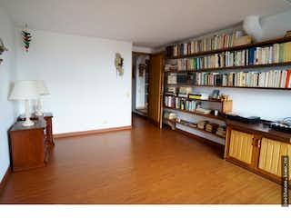 Una sala de estar llena de muebles y un estante de libros en No aplica